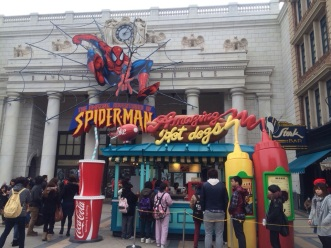 Toko Hot Dog di depan Spiderman