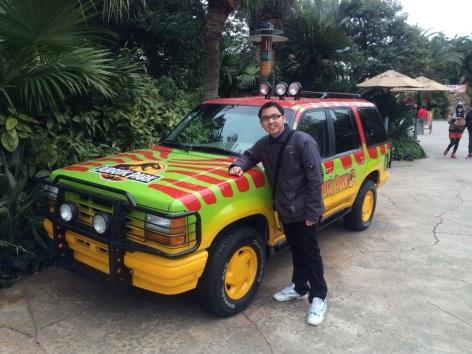 Mejeng di mobil Jurassic Park